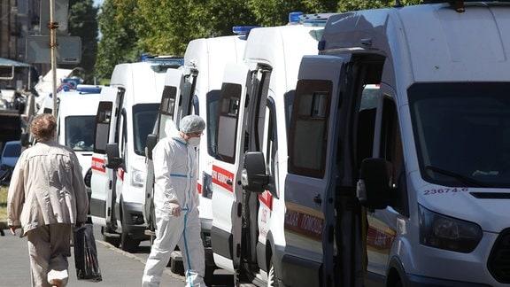 Krankenwagen vor einer Sankt Petersburger Krankenhaus warten mit Covid-Patienten auf Einlass