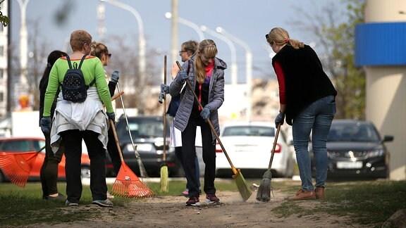 Bürger fegen einen Park in Minsk