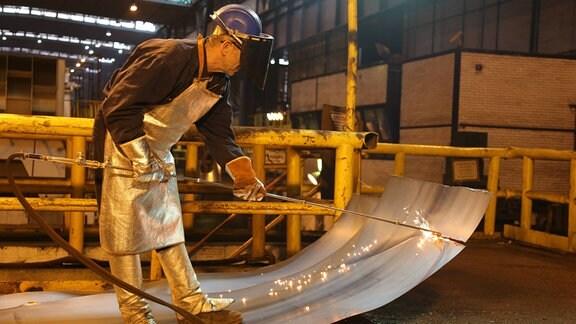 Serbischer Arbeiter in dem von Chinesen gekauften Stahlwerk in der serbischen Stadt Smederevo.