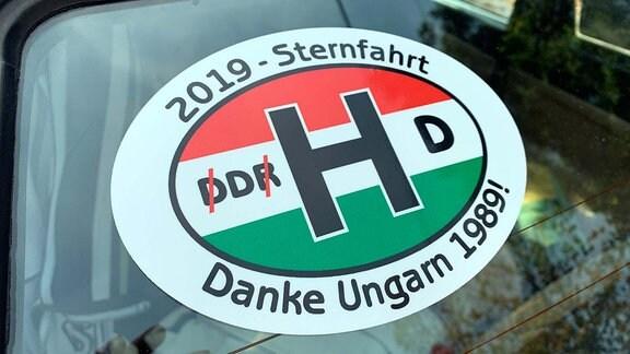 """Aufkleber auf Autoscheibe mit """"Danke Ungarn 1989"""""""