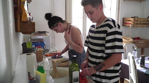Ein junger Mann und eine junge Frau in einer Küche