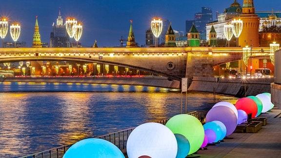 festliche Beleuchtung im Moskauer Zentrum