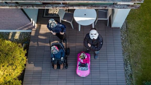 Eine Familie mit Star Wars Masken