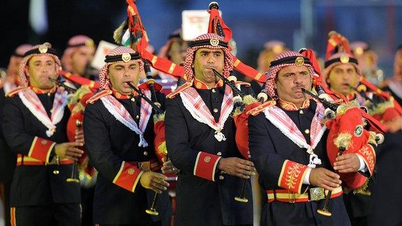 Die Band der jordanischen Streitkräfte tritt beim internationalen Militärmusikfestival im Spasskaya Tower auf dem Roten Platz auf.