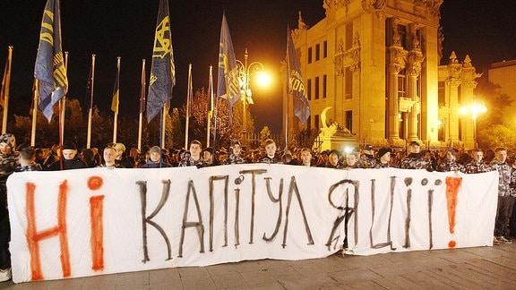 """""""Keine Kapitulation"""" haben sich diese Demonstranten aufs Banner geschrieben."""