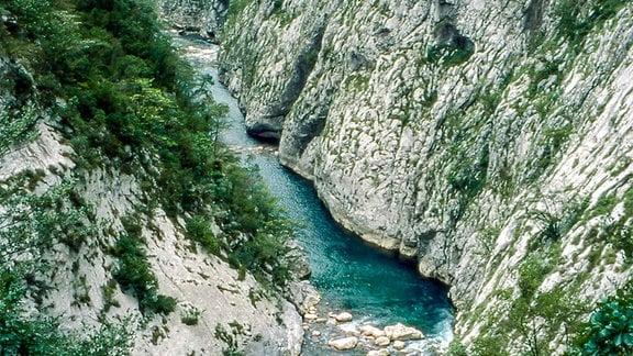 Fluß in engem fellsigen Tal