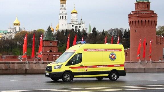 Krankenwagen fährt über die Große Moskwa-Brücke