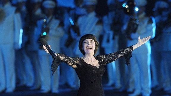 Moskauer Militärmusikfestival, die französische Sängerin Mireille Mathieu