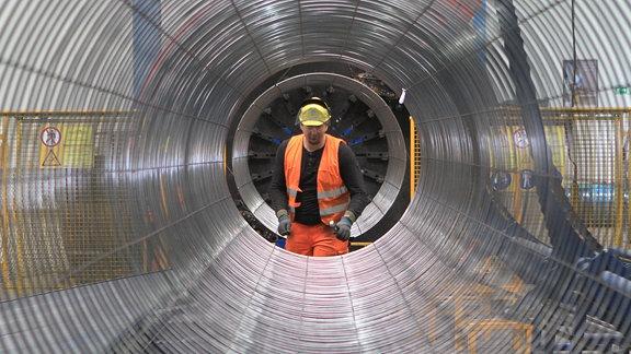 Mitarbeiter bei der Ummantelung, Lagerung und Logistik von Rohren für die Nord Stream 2-Pipeline.