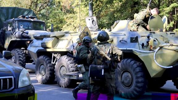 Sicherheitskräfte mit schwerem Gerät vor Berufschule in Kertsch