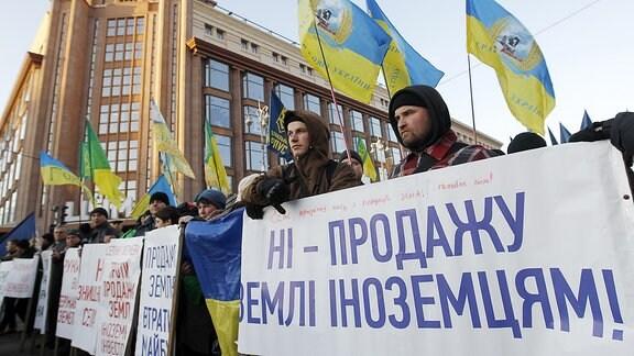 Menschen demonstrieren in Kiew
