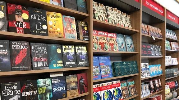 Großes Buchregal in einem Prager Buchladen