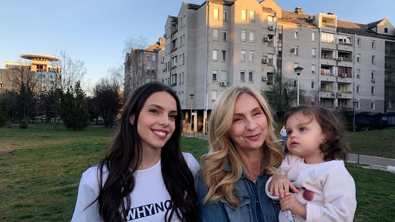 Anja, Vesna und Dunja vor ihrem Wohnblock in Sarajevo