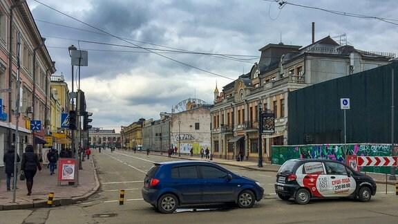Eine Straße mit Häusern und Autos