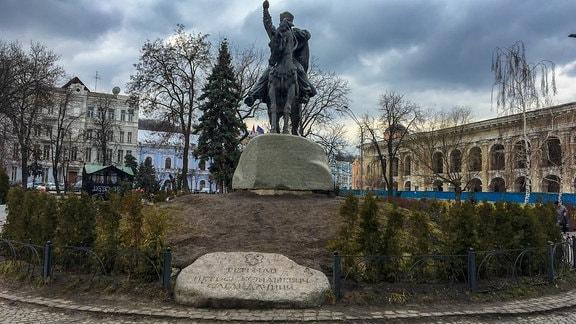 Eine Reiterstatue auf einem Platz