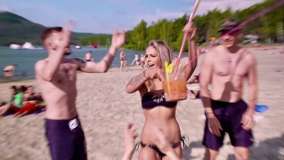 Junge Menschen feiern am Strand