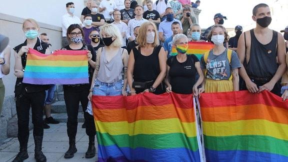 Menschen mit Regenbogenfahne