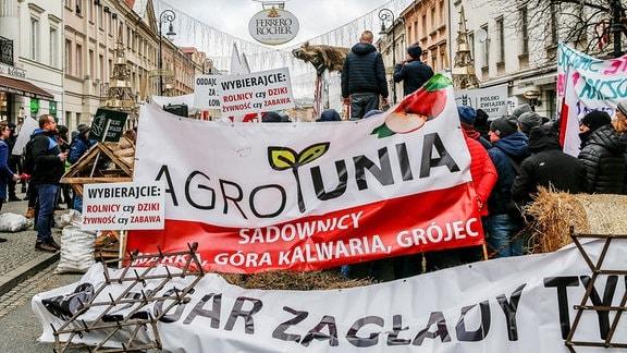 Protest von Bauern mit Bannern