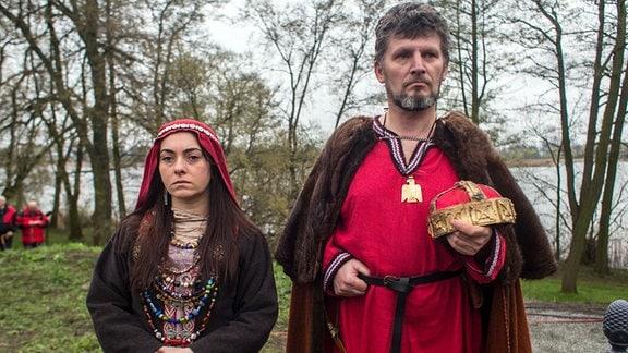 Darsteller verkörpern Polens König Mieszko und seine Frau Dobrawa