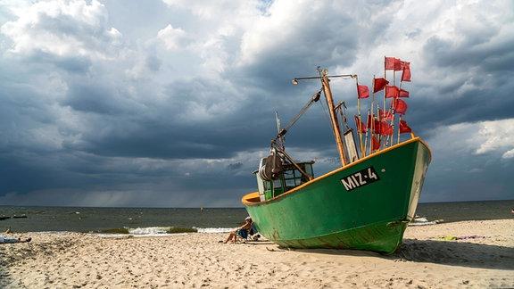 Fischerboot am Ostsee Strand von Miedzyzdroje, Polen.