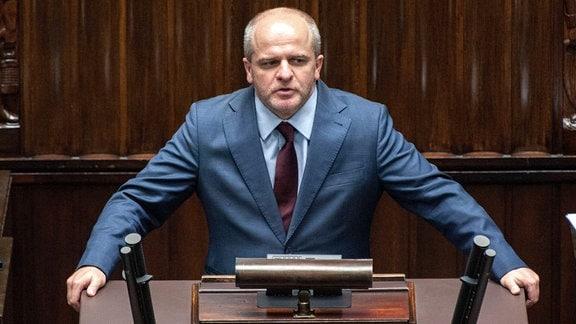 Ein Mann steht an einem Rednerpult.