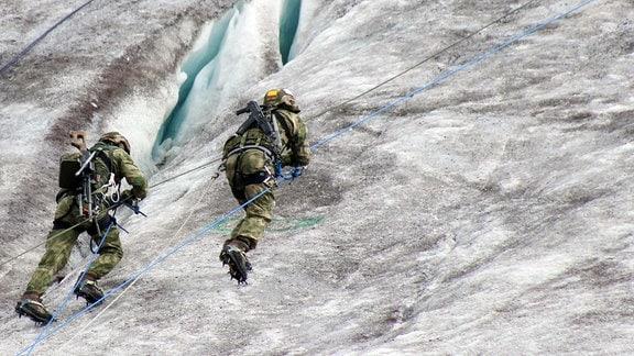 Soldaten besteigen Gletscher