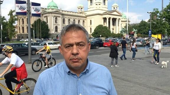 Andrej Invaji vor derm Parlamentsgebäude in Belgrad