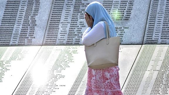 Frau 2017 an der Gedenkstätte Potocari bei Srebrenica