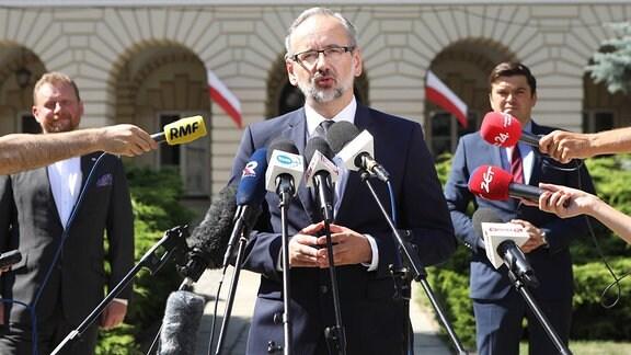 Der neue polnische Gesundheitsminister Adam Niedzielski spricht vor der Presse.
