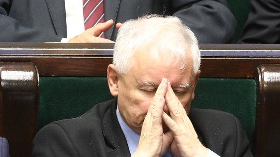 Der polnische Chef der regierenden PiS-Partei, Jarosław Kaczyński, schläft während einer Sejm-Debatte.