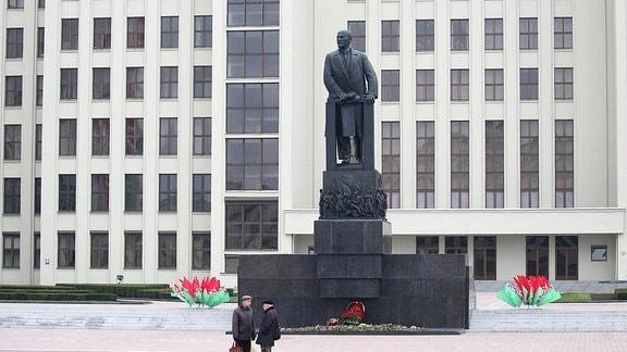 Lenindenkmal vor Regierungsgebäude in Minsk