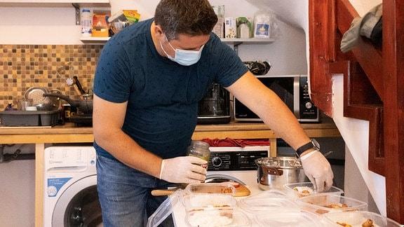 Sozialarbeiter Flavius Loga beim Zubereiten von Essen in der Hilfsorganisation Casa Logs in der rumänischen Stadt Timisoara