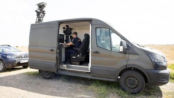 Grenzbeamter in einem Beobachtungsfahrzeug an der serbisch-rumänischen Grenze