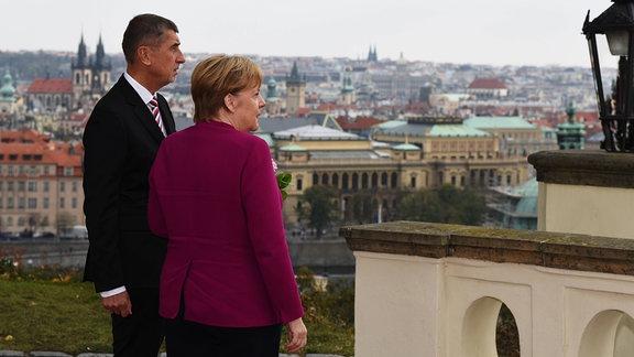 Andrej Babis und Angela Merkel blicken 2018 auf Prag