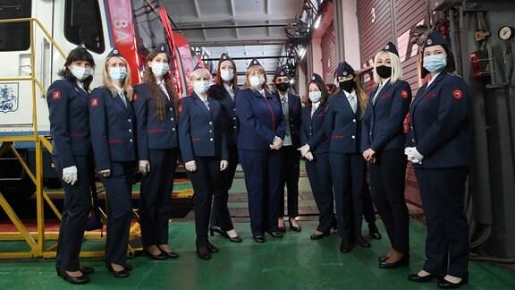 Metro-Fahrerinnen posieren für ein Gruppenfoto