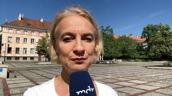 Monika Sieradzka mit Mikrofon in der Hand auf Marktplatz