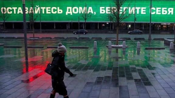 Eine Frau läuft durch Moskau.