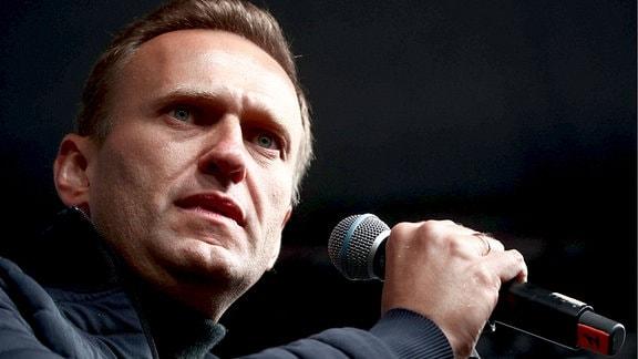 Der Oppositionsaktivist Alexei Nawalny spricht vor einer Kundgebung zur Unterstützung politischer Gefangener in Moskau. 2019