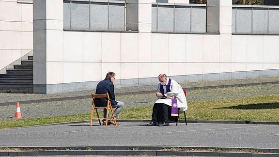 Mann trifft einen Priester auf einem Parkplatz