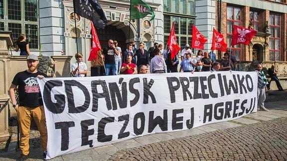Bei einem Protest in Polen wird ein Banner hochgehalten