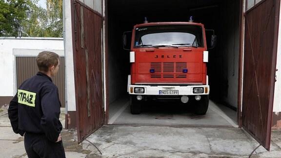 Tanklöschfahrzeug auf der Feuerwache der Berufsfeuerwehr in der polnischen Stadt Ostroda