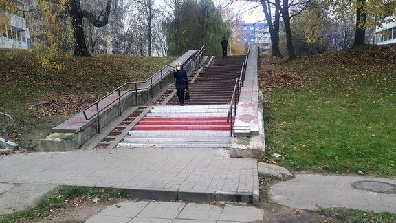 Rot-Weiß bemalte Treppenstufen im Stadtpark