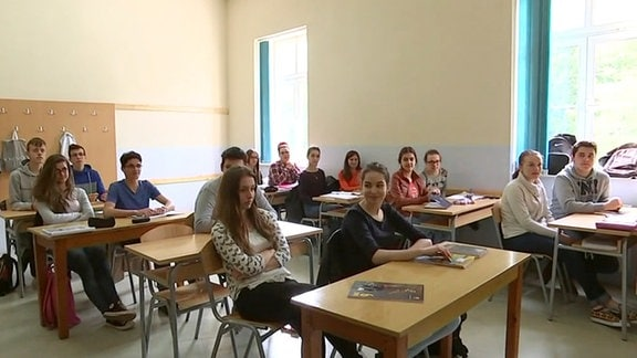 Schüler sitzen in Klassenzimmer