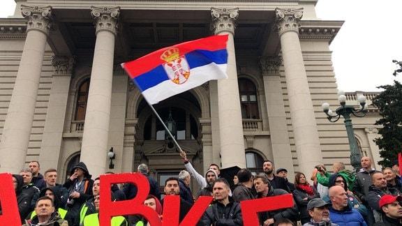 Demonstranten schwenken serbische Flagge