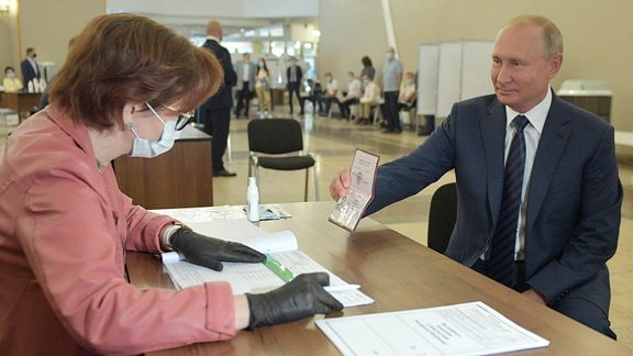 Vladimir Putin zeigt seinen Ausweis