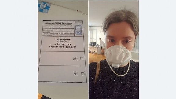 Selfie einer jungen Frau mit Schutzmaske in einem Wahllokal