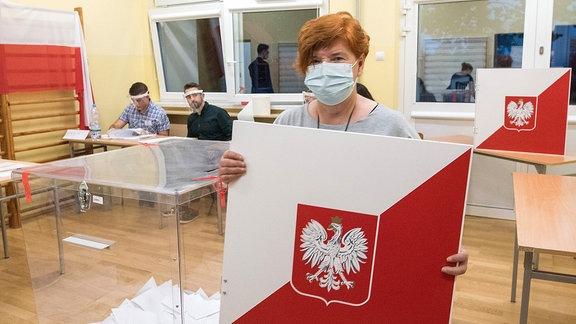 Menschen in einem Wahllokal in Polen