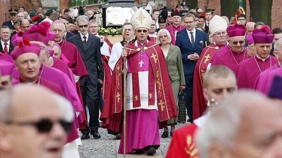 Der Primas der katholischen Kirche Polens, Wojciech Polak und polnische Bischöfe bei einer Prozession.