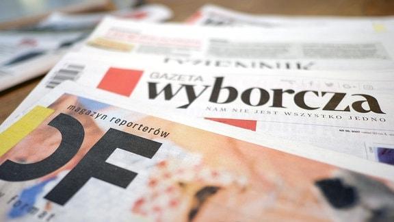 Polnische Zeitungen - Gazeta Wyborcza und Magazyn Reporterow - liegen auf einem Tisch.