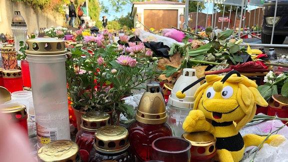 Blumen, Kezrn und Plüschtiere vor dem Haus von Karel Gott in Prag